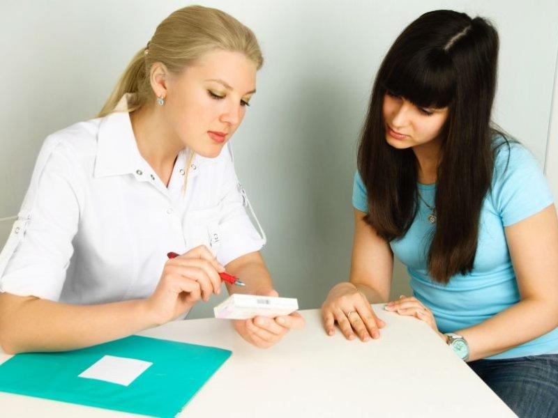 Девушка консультируется говорит с врачом врач объясняет пациенту в кабинете